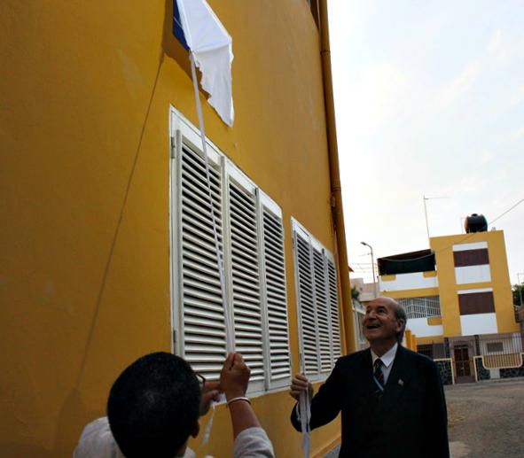 Filomena Fortes (Présidente du CNO cap-verdien) et Conrado Durántez révèlent la nouvelle plaque